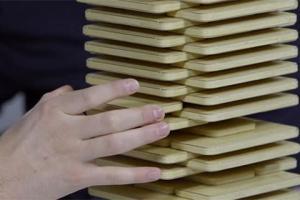 Блогер построил башню из сотни iPhone